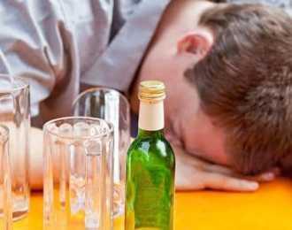 Сильно тошнит после алкоголя — что делать?