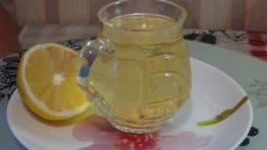 Напиток с зеленым чаем лимоном