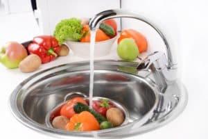Мытье продуктов под струей воды