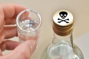 Рюмка и бутылка с водкой