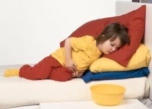 Спазмы кишечника, как один из симптомов отравления у ребенка