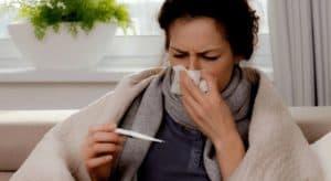 У девушки повышенная температура тела