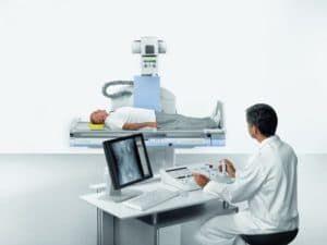 Врач делает мужчине рентген брюшной полости