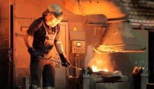 Рабочий, работающий на производстве