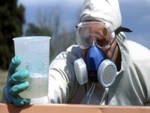 Работа с пестицидами в защитной одежде