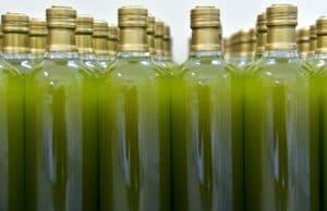 Бутылки с зеленым маслом полыни