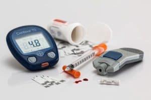 Глюкометр для измерения сахара в крови у диабетика и инсулиновый шприц