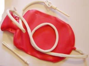 Красная кружка Эсмарха с белой трубкой