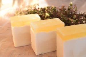 Куски самодельного натурального мыла