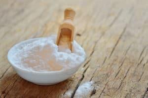 Сода в пиале с ложкой