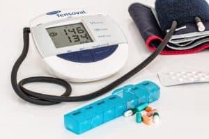 Тонометр для измерения давления и таблетки в коробке