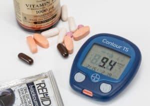 Глюкометр и таблетки от повышенного значения сахара