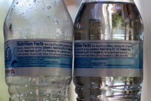 Состав и срок годности на бутылке минеральной воды