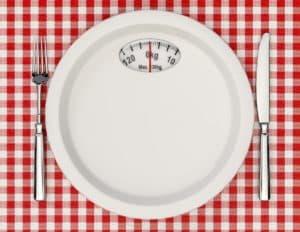 Тарелка и столовые приборы